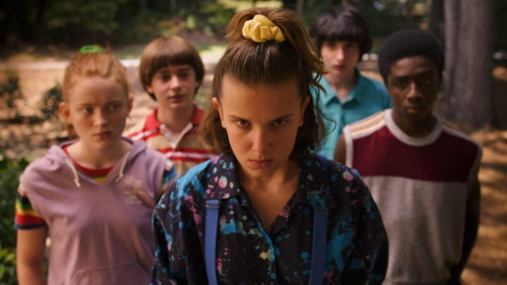 main-netflix-stranger-things-3-max-sadie-sink-eleven-millie-bobby-brown-yellow-scrunchie-1024x576-1387757-9465635